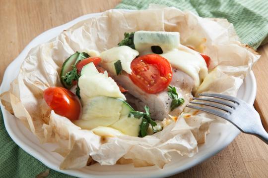 Конвертики с курицей, овощами и сыром