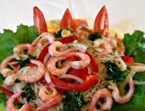 Азиатский салат с креветками и фунчозой