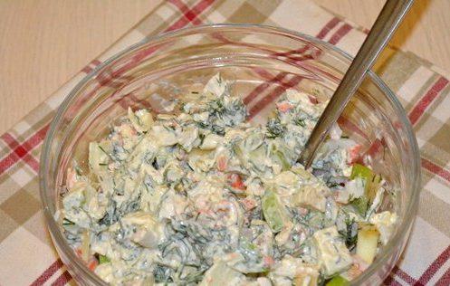 Салат с крабовыми палочками, яблоком и пряностями