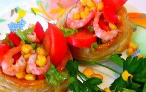 Салат с креветками, кукурузой и ветчиной