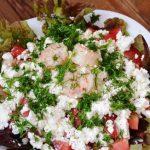 Салат из креветок с помидорами и фетой