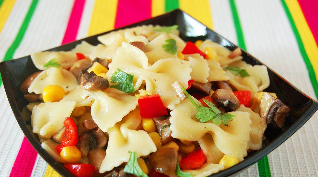 Салат из макарон с грибами и кукурузой