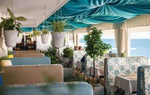 Уютное кафе на берегу моря