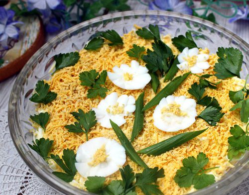 Слоеный салат с рыбными консервами