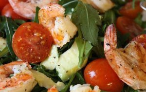 Салат с рукколой, креветками, авокадо и помидорами черри