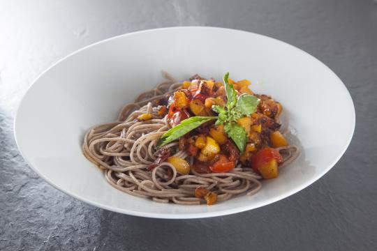Спагетти из полбы с тыквой и вялеными томатами