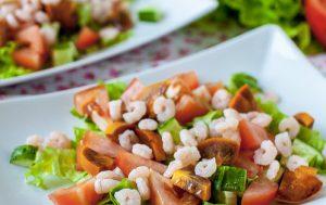 Салат с креветками, хурмой и овощами