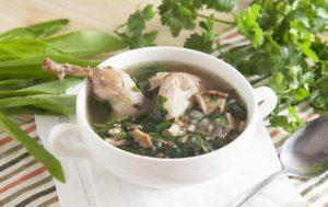 Суп из перепелов с грибами и шпинатом
