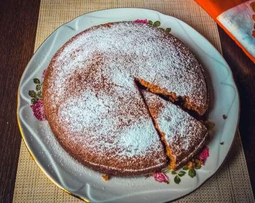 Быстрый пирог из кефира и варенья