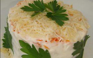 Салат из рыбы с морковкой и луком