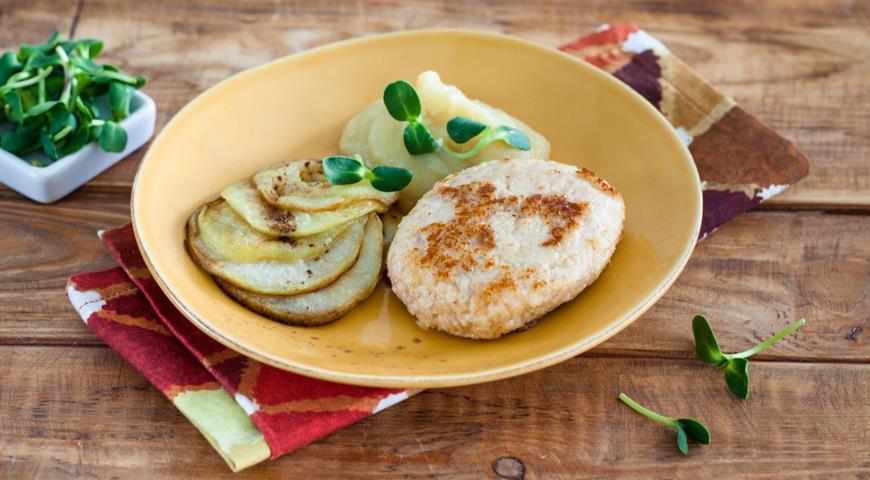 Куриные ромштексы с жареными яблоками и пюре из сельдерея