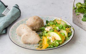 Куриные биточки с сыром и салатом