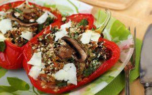 Болгарский перец, фаршированный грибами, овощами и киноа