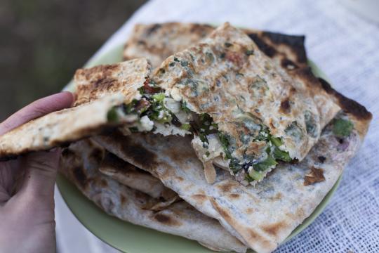 Горячий бутерброд с сыром на мангале