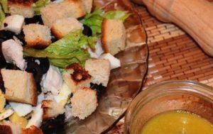 Салат из курицы с маслинами
