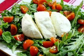 Салат из шпината с сыром буррата, помидорами и оливками