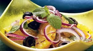 Салат с апельсинами, маслинами и красным луком