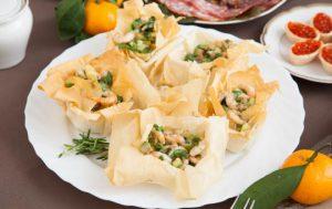 Салат с креветками и авокадо в тарталетках