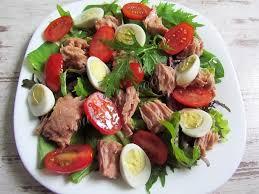 Салат с тунцом и перепелиными яйцами
