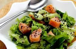 Салат с авокадо, кунжутом и красной рыбой