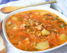 Густой суп из перловой крупы и квашеной капусты