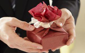 Какие подарки купить своим близким на предстоящие праздники