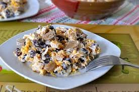 Салат из копченой курицы с пикантной фасолью и жареным луком