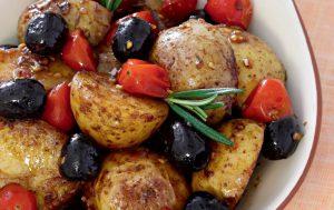 Теплый салат из картофеля и помидоров черри