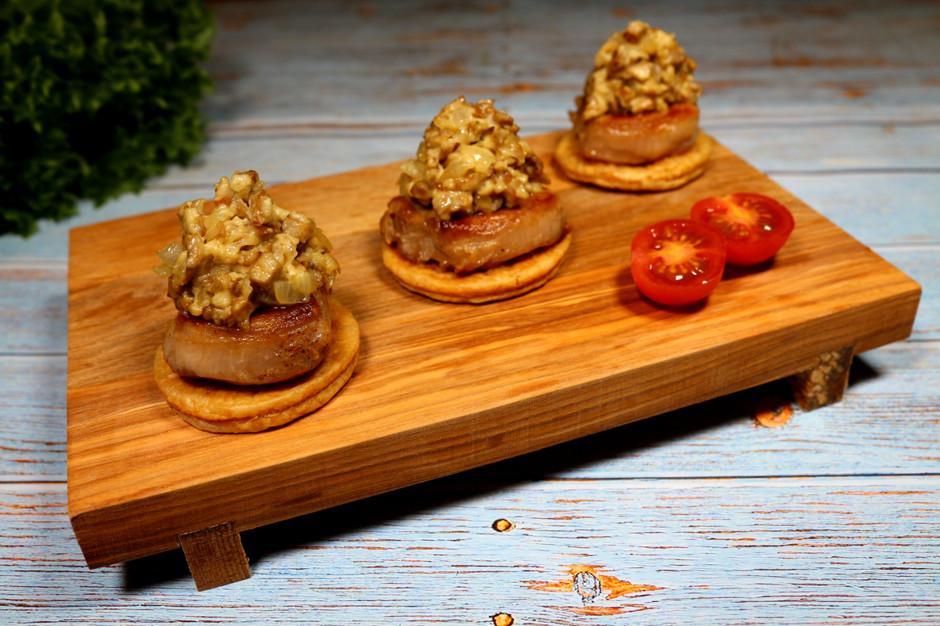 Медальоны в сливочно-грибном соусе на слоеном тесте