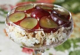 Салат из тунца с виноградом и орехами