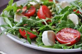 Салат из помидор с рукколой, фетой и сухарями