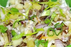 Белорусский салат с квашеной капустой и печёным картофелем