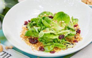 Зеленый салат с ореховым маслом и мюсли