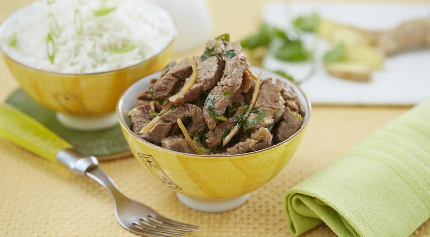 Обжаренная говядина с кинзой и имбирем