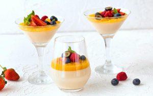 Паннакотта с манго и ягодами