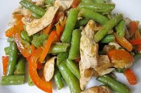 Тёплый салат с курицей, перцем и стручковой фасолью