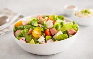 Салат с курицей, зеленым горошком и фетой