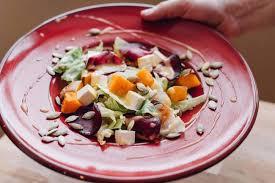 Теплый салат с тушеным луком, тыквой и авокадо