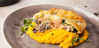 Красная рыба в тесте со шпинатом и хумусом из тыквы