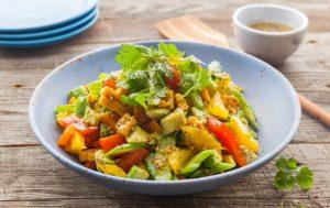 Теплый салат из перца, авокадо и кукурузы