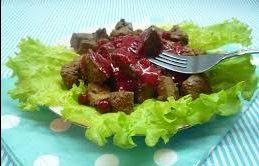 Теплый печеночный салат под вишневым соусом