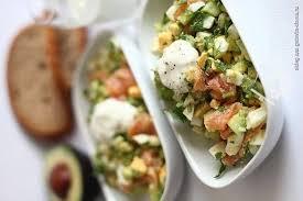 Салат с копченной красной рыбой, авокадо, яйцами и огурцом