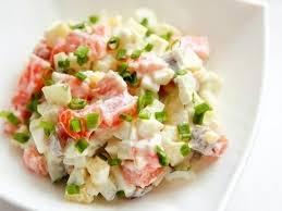 Салат с отварной рыбой и маринованным луком