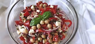Салат с горохом нут, тунцом и томатами