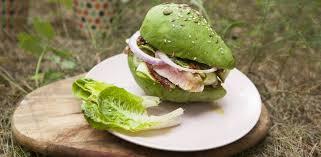 Бургер из авокадо с тунцом и вялеными томатами