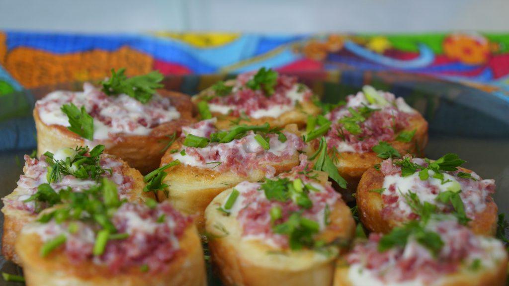 Простая закуска – теплые гренки с тертой колбасой и сыром