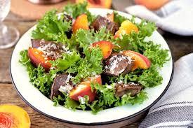 Теплый салат с печенью индейки и персиками