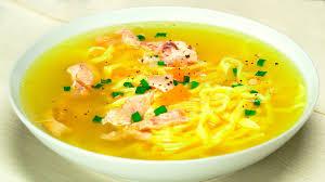 Сырный суп с яичной лапшой и зеленым горошком