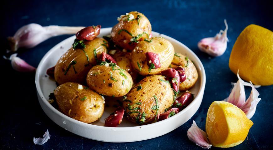 Молодой картофель с мятой и оливками