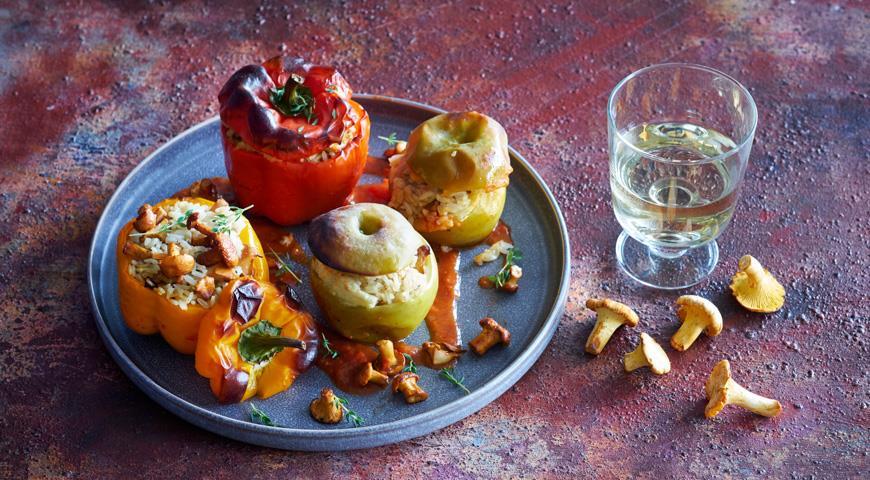 Фаршированные грибами перцы и яблоки